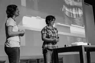 Photo: Belén @BelenVaIR y María José@MJ_mjcp de @supercond_icmm, haciendo levitar fantasmas y explicando el secreto de Santa Teresa: pasión y levitasión del lóbulo temporal derecho.