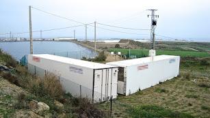 Los contenedores con el material radiactivo están situados junto al cementerio y una balsa para riego como la que se ve en la imagen.