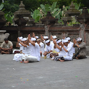 Pray at Tampak Siring by Yoga Sanjaya - Novices Only Portraits & People