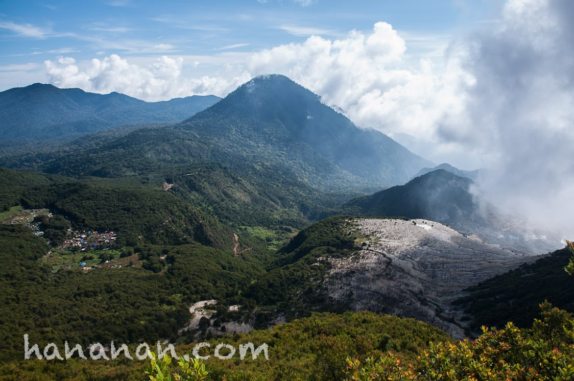 Pemandangan saat istirahat dalam pendakian ke Tegal Alun. Gunung Papandayan.
