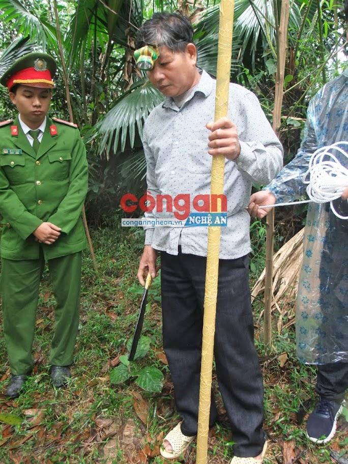 Đối tượng Mạc Văn Liệu thực nghiệm hiện trường vụ việc giết ông Mạc Văn Hoạt