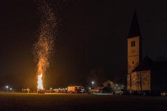 Photo: Wintersonnenwendfeuer der Feuerwehr Micheldorf und der Bläser der Marktmusik Kappelle sind schon einige Jahren Tradition. Hinter der Pfarrkirche waren vielen Besucher gekommen um mit zu feiern, für warmen Getränke hat der Feuerwehr gesorgt.Foto: Jack Haijes