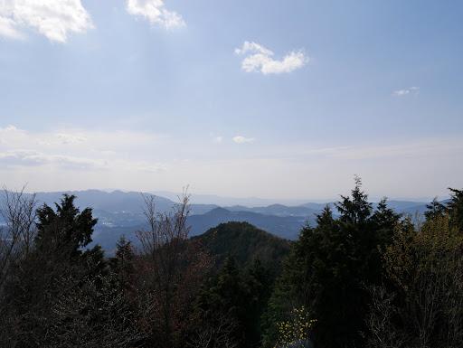 下に高城山、右奥は奈良市街