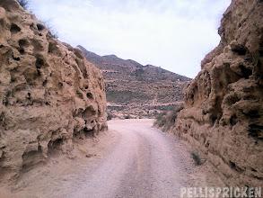 Photo: Nu är vi ute på vägen som går utmed kusten, inbakad i sandstenen