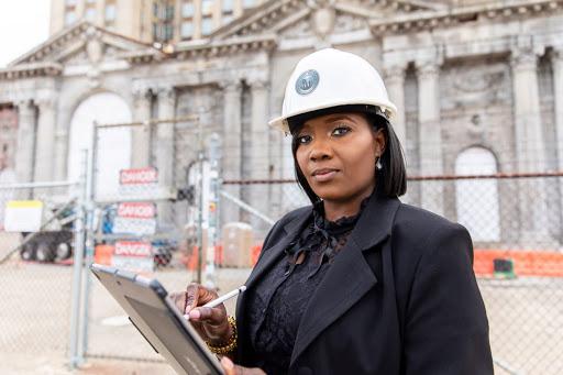 Foto de la propietaria de una empresa con un casco de construcción