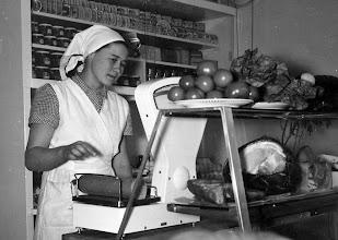 Photo: 1962 Seija Rantanen Sopukadun kaupassa