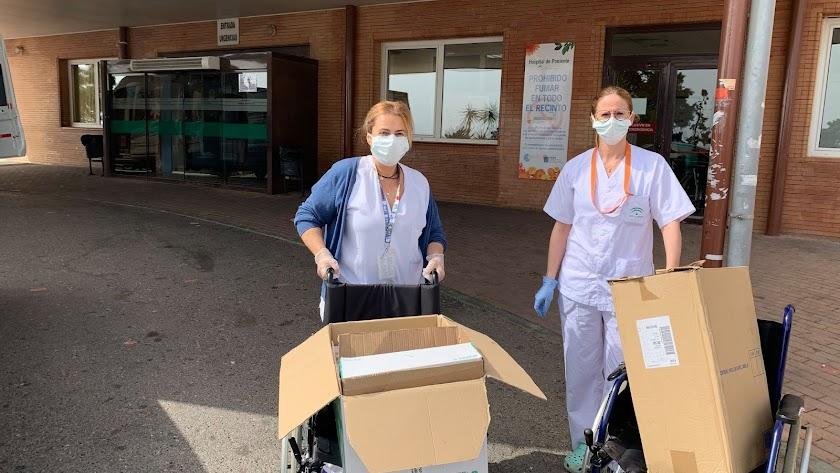 Entrega del material en uno de los accesos del Hospital de Poniente.