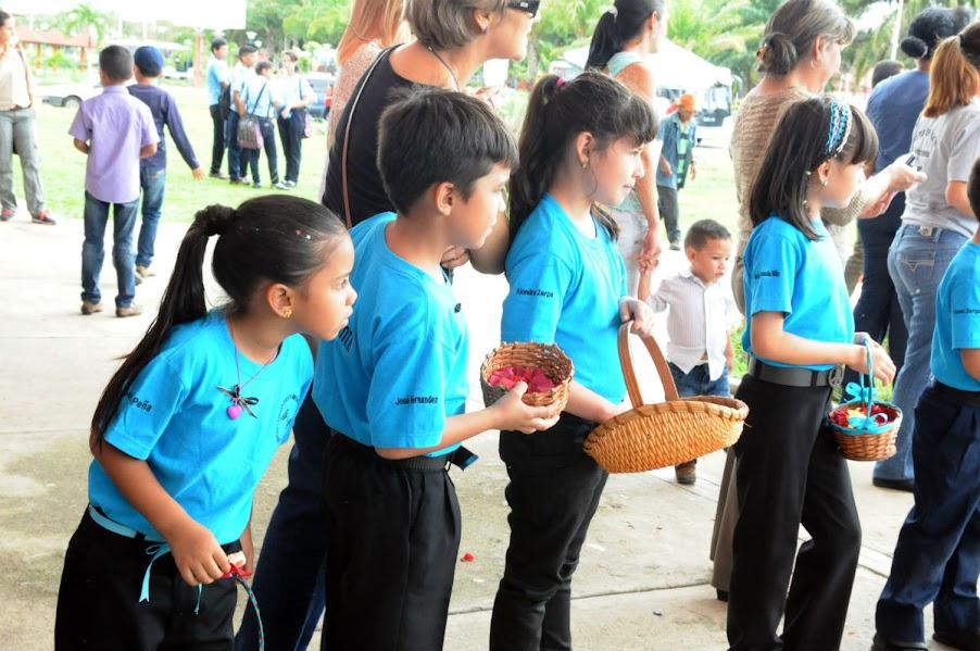 Desde pétalos de rosa hasta besos volados recibieron los integrantes de la SNIV a su llegada a la ciudad Marquesa. Los delegados del programa Simón Bolívar en la capital barinesa desbordaron su imaginación, para sorprender a los 202 músicos durante su visita.