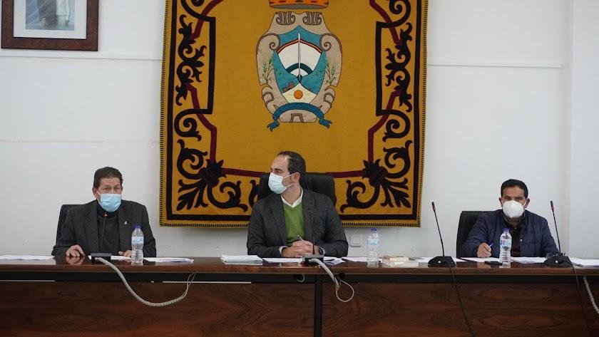 Imagen de archivo de un pleno de Carboneras. A la izquierda, el concejal Pedro López.