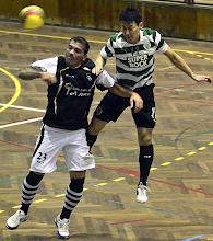 Photo: Basílio marcou o segundo golo do Caldas aqui a saltar com Caio Japa