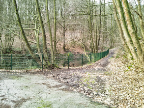 Photo: Stauteich beim Haus Hülsche. Talweg. Rechrs führen die Wanderwege A7 und A8 des SGV e.V. in den Hasper Stadtwald.