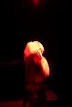 Photo: Incarcérés à vie, Jacky et Robert partagent la même cellule depuis près de quinze ans. Marianne, leur gardienne depuis le début de leur incarcération, est la seule femme dans cet univers exclusivement masculin. A eux trois, ils se sont construit une sorte de relation familiale. Les semaines s'écoulent doucement, jusqu'à un jour de violente tempête où ils reçoivent l'étrange visite d'une femme…