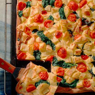 Kartoffelkuchen vom Blech mit Spinat und Tomaten
