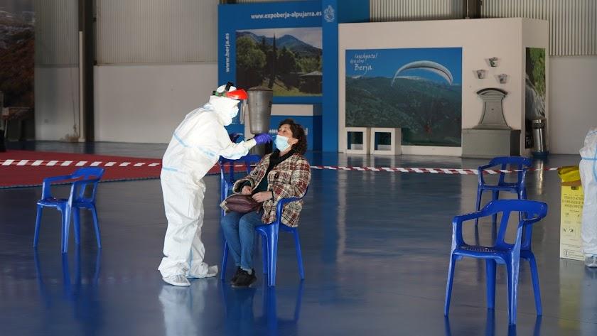 Una virgitana se somete a un test de antígenos en el municipio de Berja.