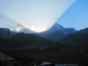 Photo: Sonnenuntergang an der Kirche Zminda Sameba und Kazbek