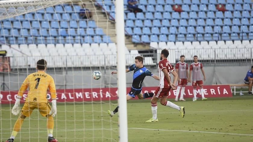 Juan Villar rematando a gol en el Mediterráneo.