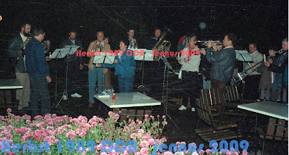 """Photo: Schweriner Blechbläser-Collegium, bei der 1. Montagsdemonstration 1989 in Schwerin.  Im bild links ulf rust (trompeter) - hier als kerzenhalter für den hornisten boris garnew, annelise pührer, li. neben ihr, die trompete hans joachim drechsler, re. daneben der trompeter klaus könig, die tuba spielt dieter rottenberg, mit kerze das ist annemarie schubert, dann jochen schulmeister trompete, manfred schlage schlagzeug, petra kranig- 3. kerze und sven brandt posaune. Sie spielten """"Lamentation"""", die der schleswig-holsteinische Kirchenmusiker Prof. Hans  Friedrich Micheelsen (1902 - 1973) i. J. 1964 geschrieben hattte. Die mahnende und fordernde Trommelstimme hat HJD noch dazu geschrieben. Diese Lamentation (ohne Trommel) als Aufnahme mit uns im NDR-Archiv in Schwerin.  Die 1. Montagsdemo in Schwerin, die Einzige in der ddr, die mit klassischer Live-Musik begleitet wurde.  Die Schweriner Philharmonie wurde drei Jahre nach dem Mauerfall (1992) aufgelöst.  Diafilm bei Youtube http://youtu.be/77GJ1yBoOFc"""