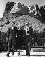Photo: Cary Grant, Eve Marie Saint e James Mason em locação no Monte Rushmore