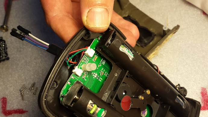 Vuelve a conectar el conector blanco a su posición original.