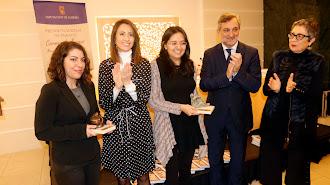 Las ganadoras de la edición de 2019 con representantes de la Diputación.