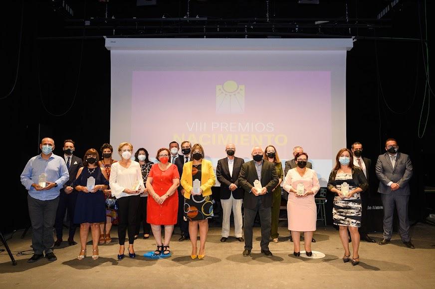 Foto de familia de premiados, directivos y personal de LA VOZ y autoridades.