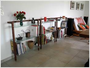 Photo: *WOODandMORE-Produkte beim Kunden* Das CD-Regal aus Nussbaum, die TV-Bank aus Nussbaum mit Klarglasscheiben und die QUADRA Aktenregale mit 3 Glasböden in Ihrer natürlichen Umgebung - im Wohnzimmer eines Kunden.  Wir finden, es sieht sehr edel aus! Vielen herzlichen Dank für die wunderbaren Fotos. https://www.woodandmore.de/14_regale/quadra-nussbaum-massivholzregal-mit-3-glasboeden__6081.htm