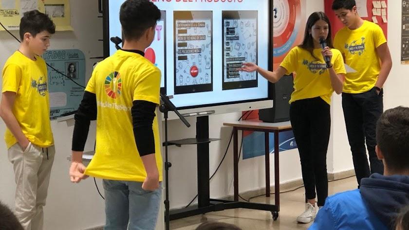 Equipo participante en el 'Hackathon Escolar' explicando al resto de equipos el producto que han diseñado.