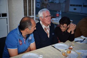 Photo: Josette et Maurice en discussion avec Thierry