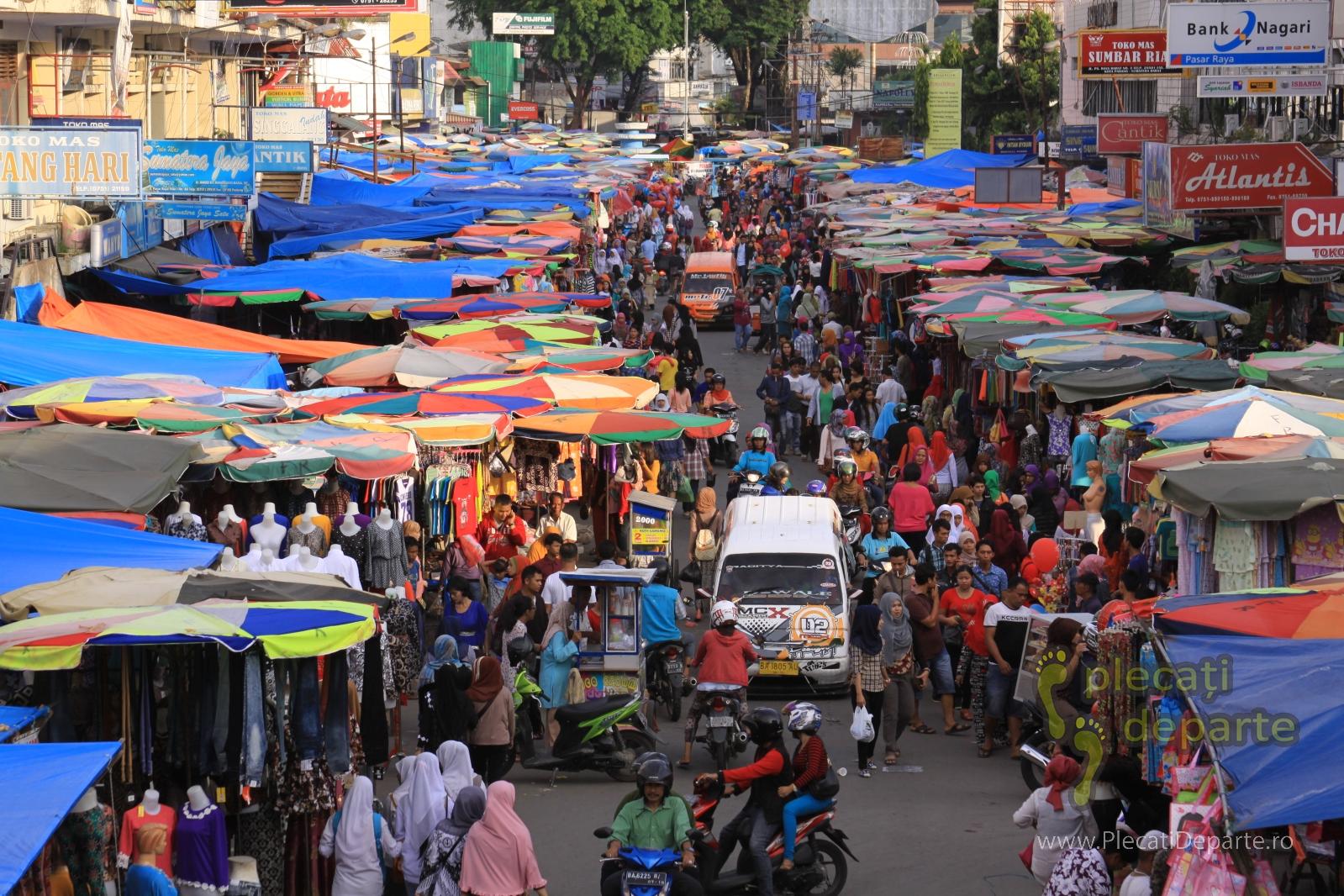 Piata aglomerata in Padang, Indonezia. Distantare sociala, izolare. Lupta impotriva pandemiei coronavirus covid-19