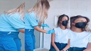 Macarena Romero en el momento de su vacunación.