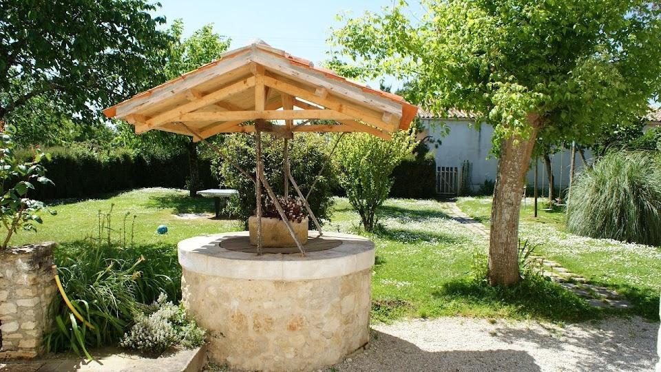 La Fermette gîte 3 étoiles à Surgères près de La Rochelle vue sur le jardin clos et le puits sécurisé