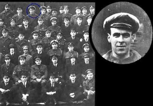 Grupo de soldados de la segunda guerra mundial posando para la foto donde aparece el fantasma de Freddy Jackson