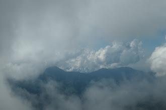 雲間から笊ヶ岳方面