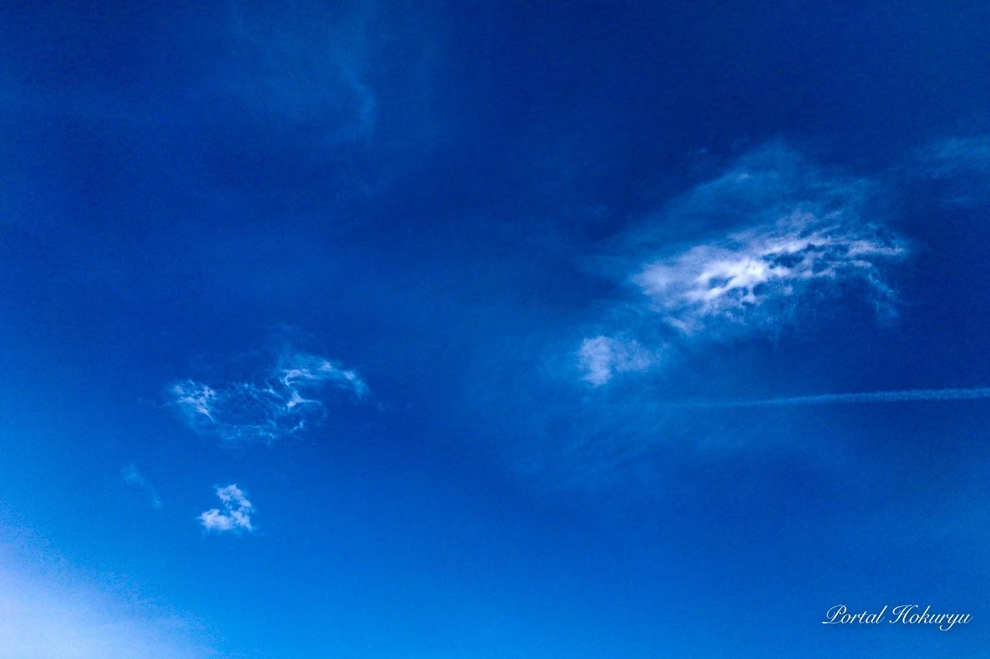 宇宙に繋がる瑠璃色の空