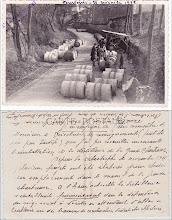 """Photo: Une carte postale ancienne de Fourvoirie après la catastrophe de 1935. Elle montre l'évacuation des futs suite au glissement de terrain. Au dos on peut lire le texte plutôt amusant d'un curieux informateur. Il donne des renseignements, """"peut-être un peu tardifs"""", sur les suites de la catastrophe. """"A l'heure actuelle la disillerie s'installerait provisoirement dans les dépendances du siège social à Voiron"""". Il fait ensuite état de projet de travaux de construction à Coublevie ! http://delachartreuse.blogspot.fr/2013/06/fourvoirie-dans-les-annees-1930.html"""