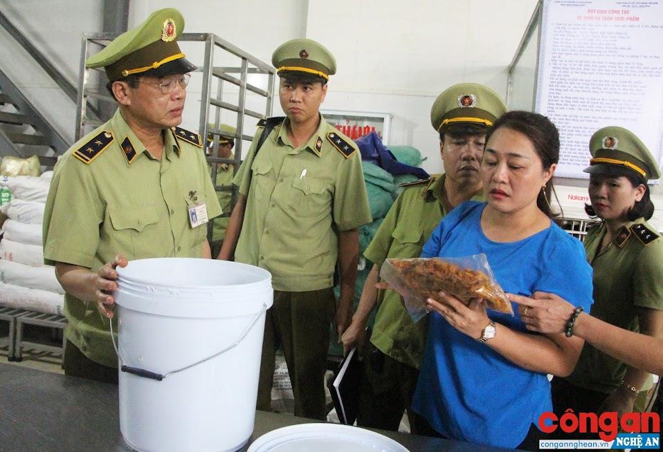 Lực lượng QLTT kiểm tra cơ sở kinh doanh thực phẩm trên địa bàn tỉnh