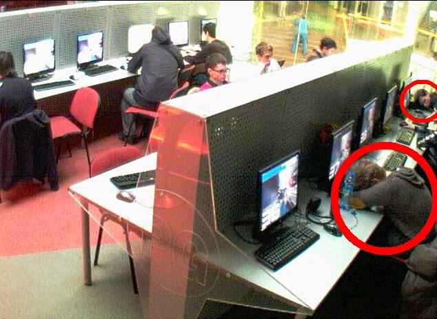 Era muy común encontrar gente durmiendo sobre el teclado de una computado en un cyber esperando que llegaran algunos amigos o la siguiente partido...eso si era preocupante, con un mate no le hubiera pasado.