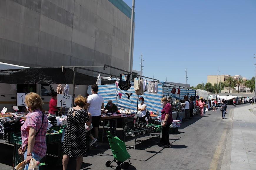El mercadillo de la Bola Azul fue el primero en abrir al público.