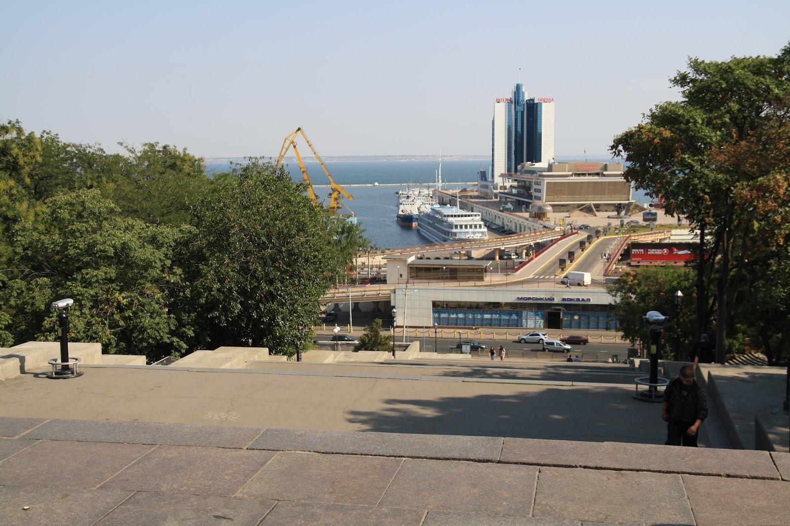 вид на морський вокзал з потьомкінськіх сходів