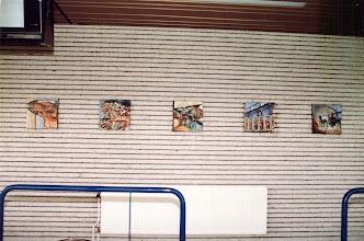 Photo: Vijf tegels voor de binnenmuur van overdekte eretribune bij Renbaan Duindigt te Wassenaar, vooraanzicht, 1988