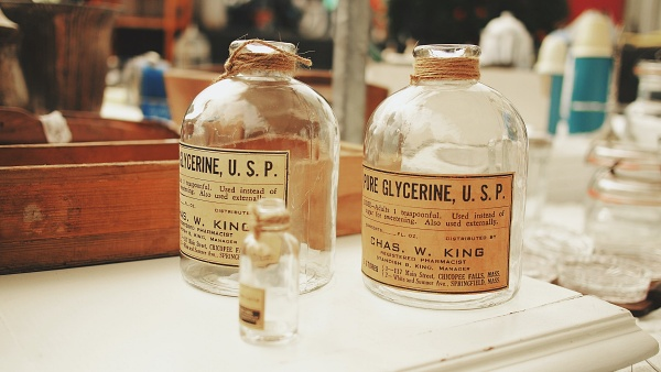 自製精油需要透明容器調製,比較容易觀察
