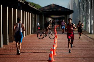 Photo: Barcelona 06.10.2013 Participantes durante la transición a pie en la triatlón de Barcelona . Fotogafía de Jordi Cotrina