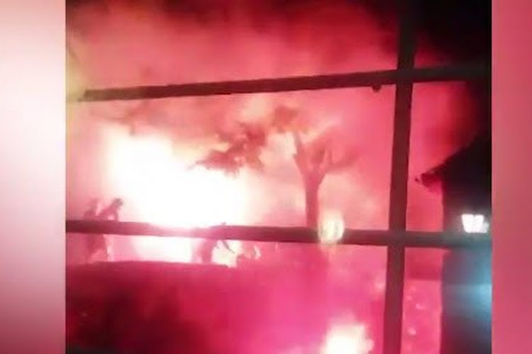 📷 Bosnische fans gaan compleet door het lint en steken auto refs in brand