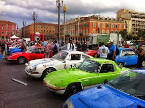 Photo: De lourds nuages sur le parc fermé de départ à Nice, mais le rallye se déroulera entièrement sous un beau soleil.