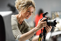 Gemmy Woud-Binnendijk kijkt op schermpje van haar camera