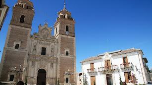 La Iglesia de Nuestra Señora de la Encarnación, junto al Ayuntamiento.