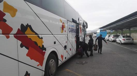 Viajeros en uno de los trayectos en autobús obligados.