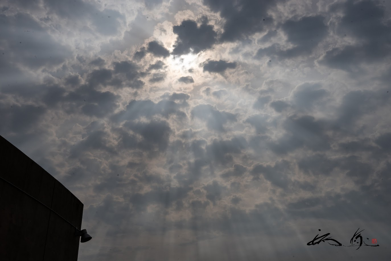 見上げた空に、突如出現した「天空から注がれた光線」
