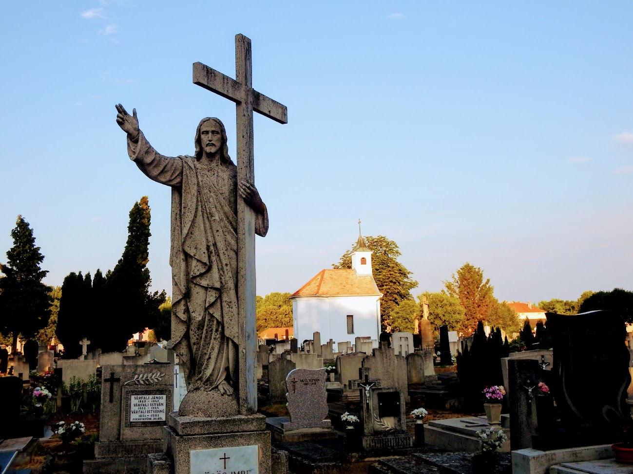 Szent Kereszt temetőkápolna a keresztúttal