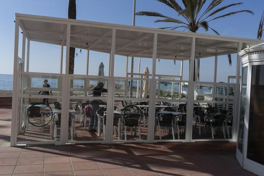 A lo largo del Paseo Marítimo de Almería hay varias terrazas y negocios.
